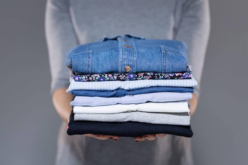 Vrouw met kleren in handen