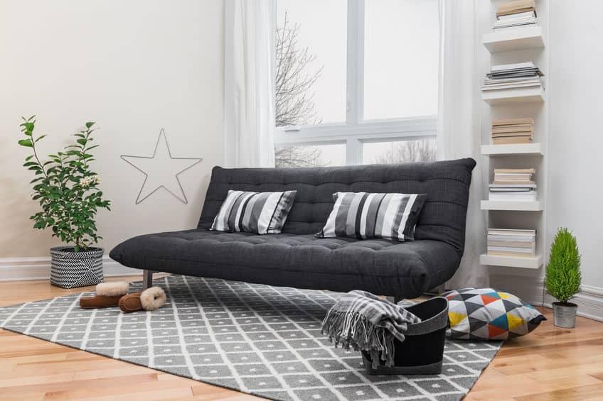 Ruime woonkamer met moderne inrichting