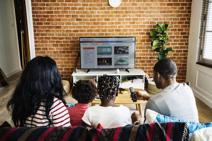 familie samen televisie kijken