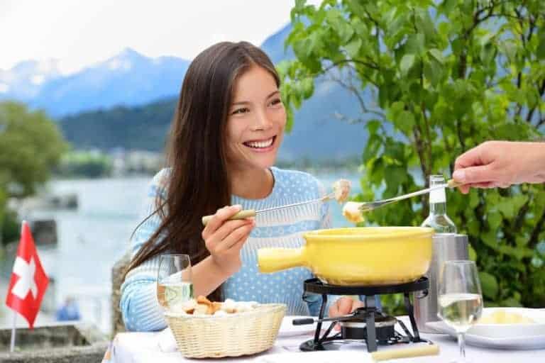Een meisje dat aan het fonduen is