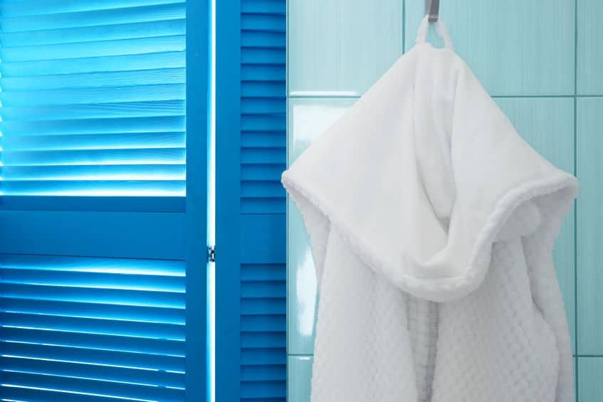 badjas hangt in de douche