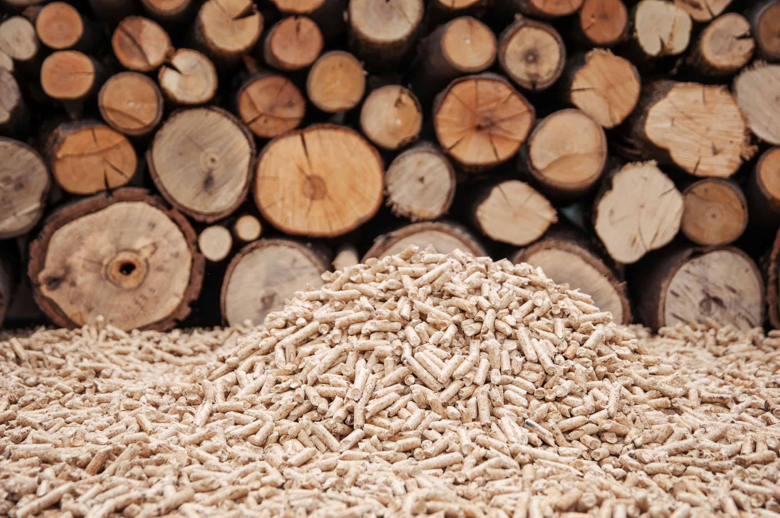 Pijnboompellets voor een muur van brandhout