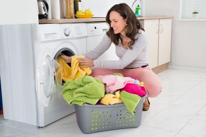 Vrouw Kleren In De Wasmachine Aanbrengen