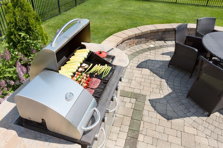 Voedsel grillen op een gasbarbecue buiten