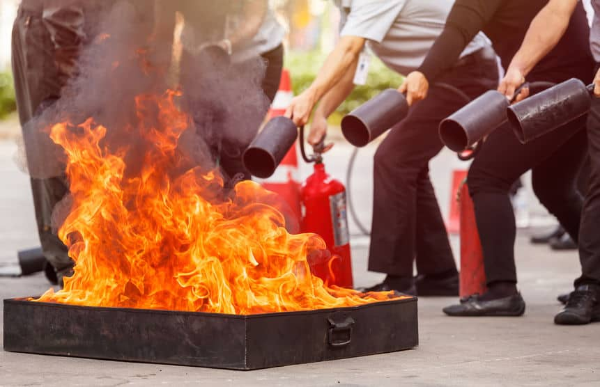 Mensen in de brandblusser opleiding pro