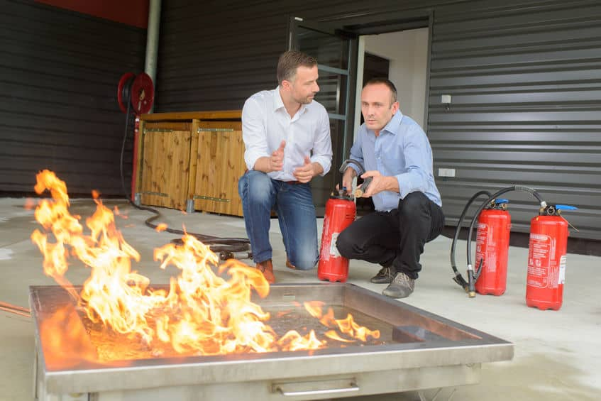 Mannen trainen met brandblussers
