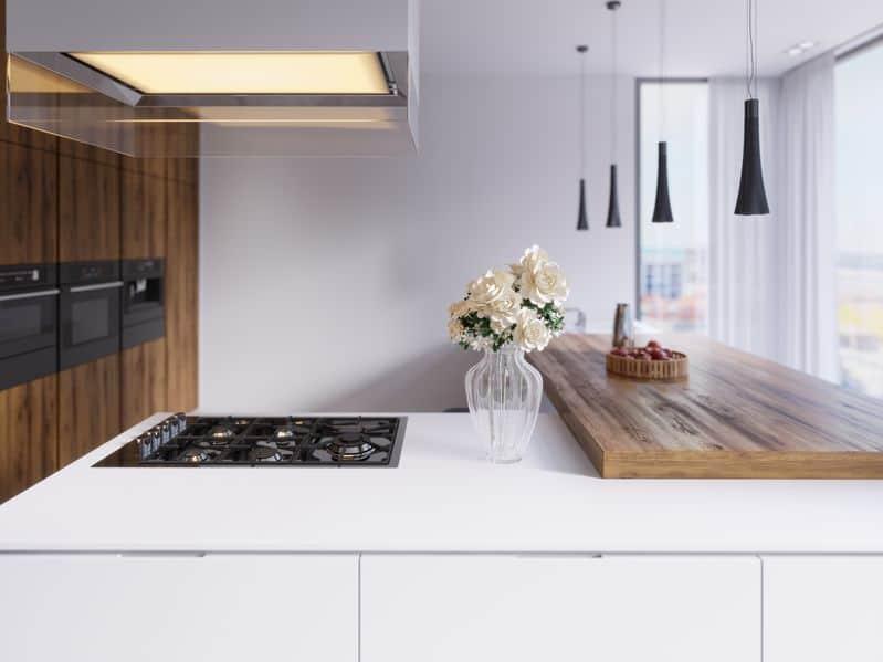 Technologische moderne keuken in minimalistische stijl met een nieuwe generatie toestellen.