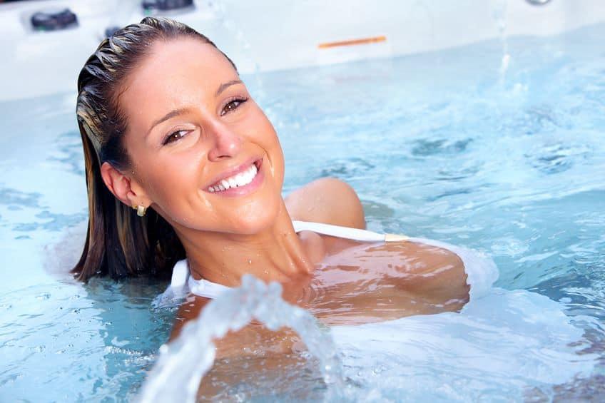 gelukkige vrouw ontspannen in bubbelbad. vakantie.