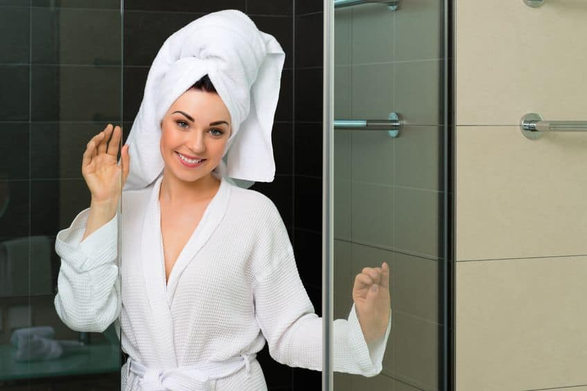 meisje komt uit de douche