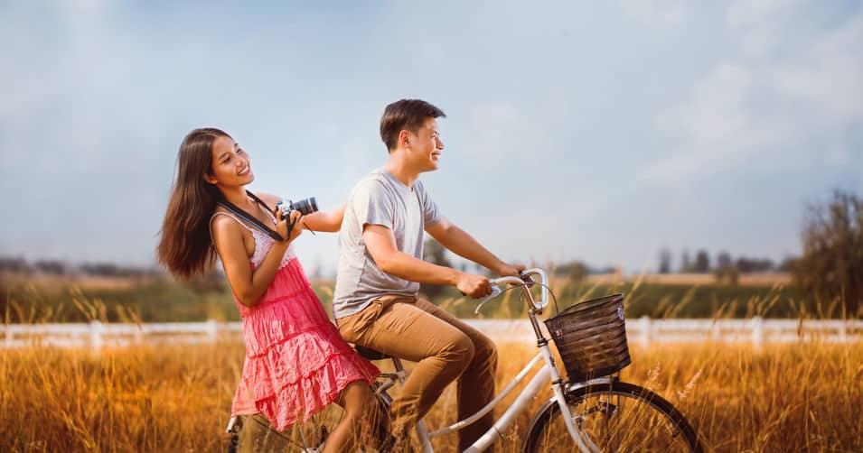 Koppels zijn fietsers die ontspannen in de avond die de vrouw vasthield