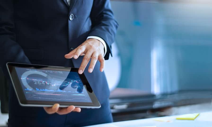 Het analyseren van gegevens, het werken met de zakenman en het controleren van marktgegevens in