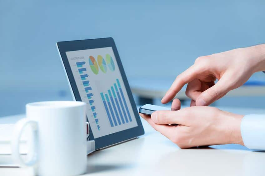 zakenman maakt gebruik van de nieuwe mediatechnologieën en -apparaten om succesvol te werken