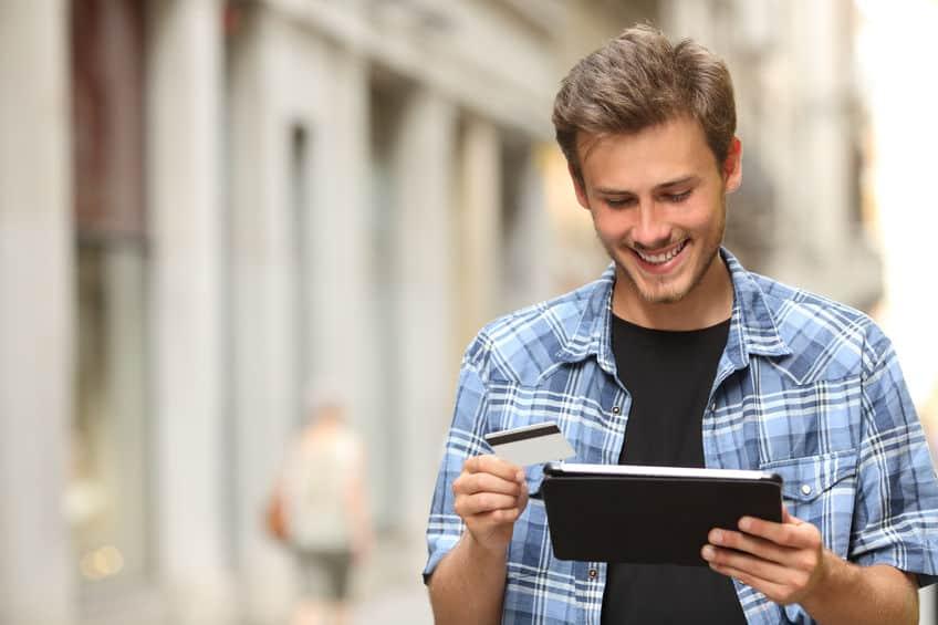 Man die online koopt met een creditcard en een tablet
