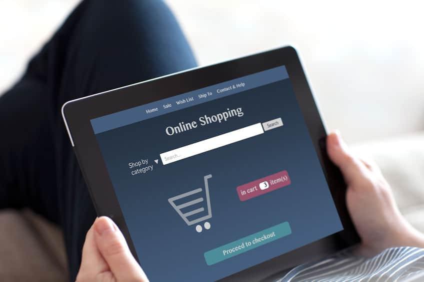 meisje maakt online winkelen op een tablet