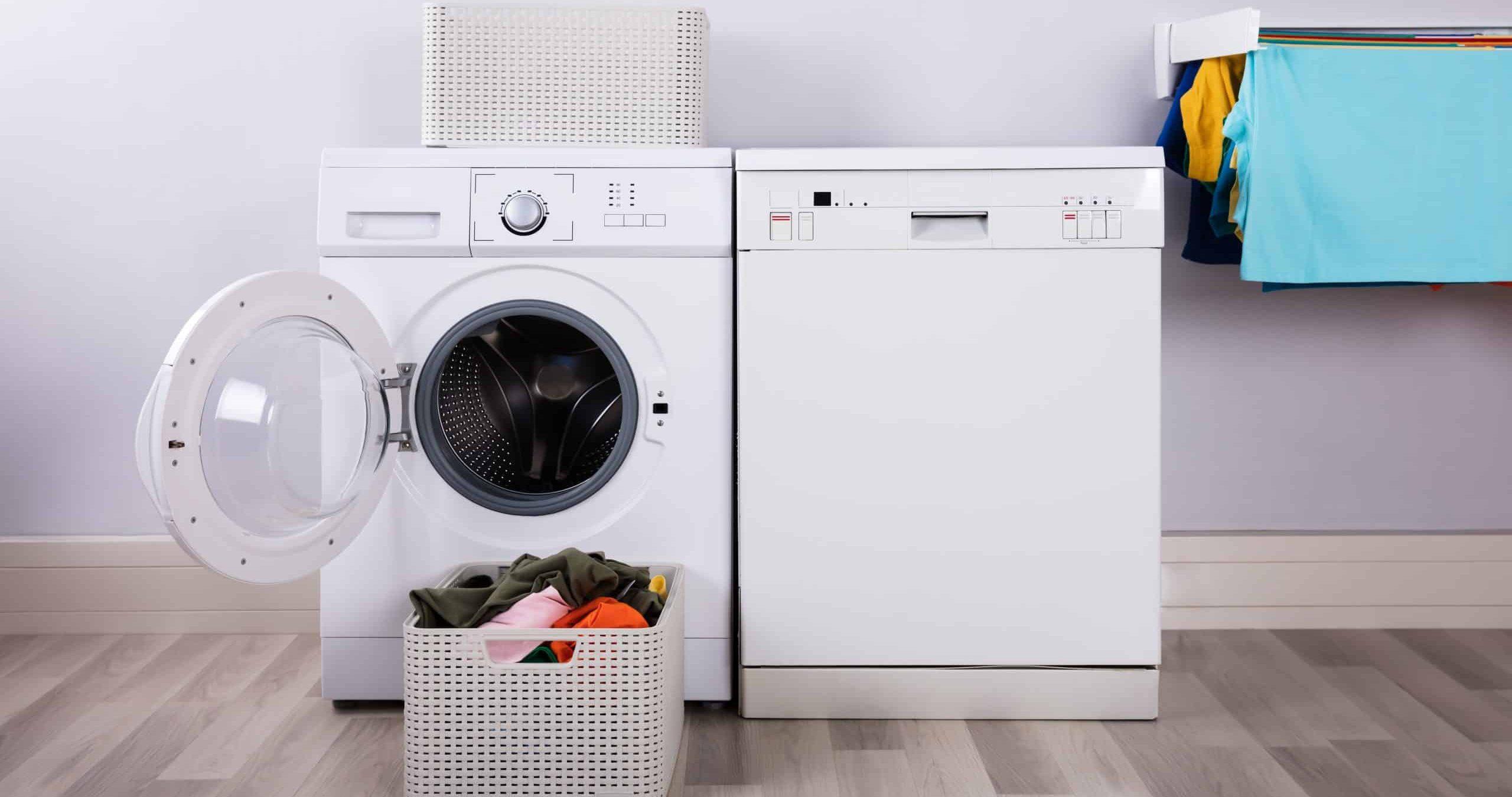 wasmachine en droger in wasruimte