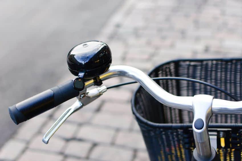 zwart glimmende fietsbel en voormand