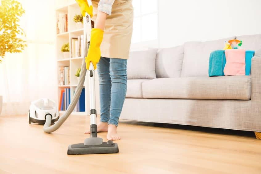 Vrouwen gebruiken de stofzuiger om te reinigen