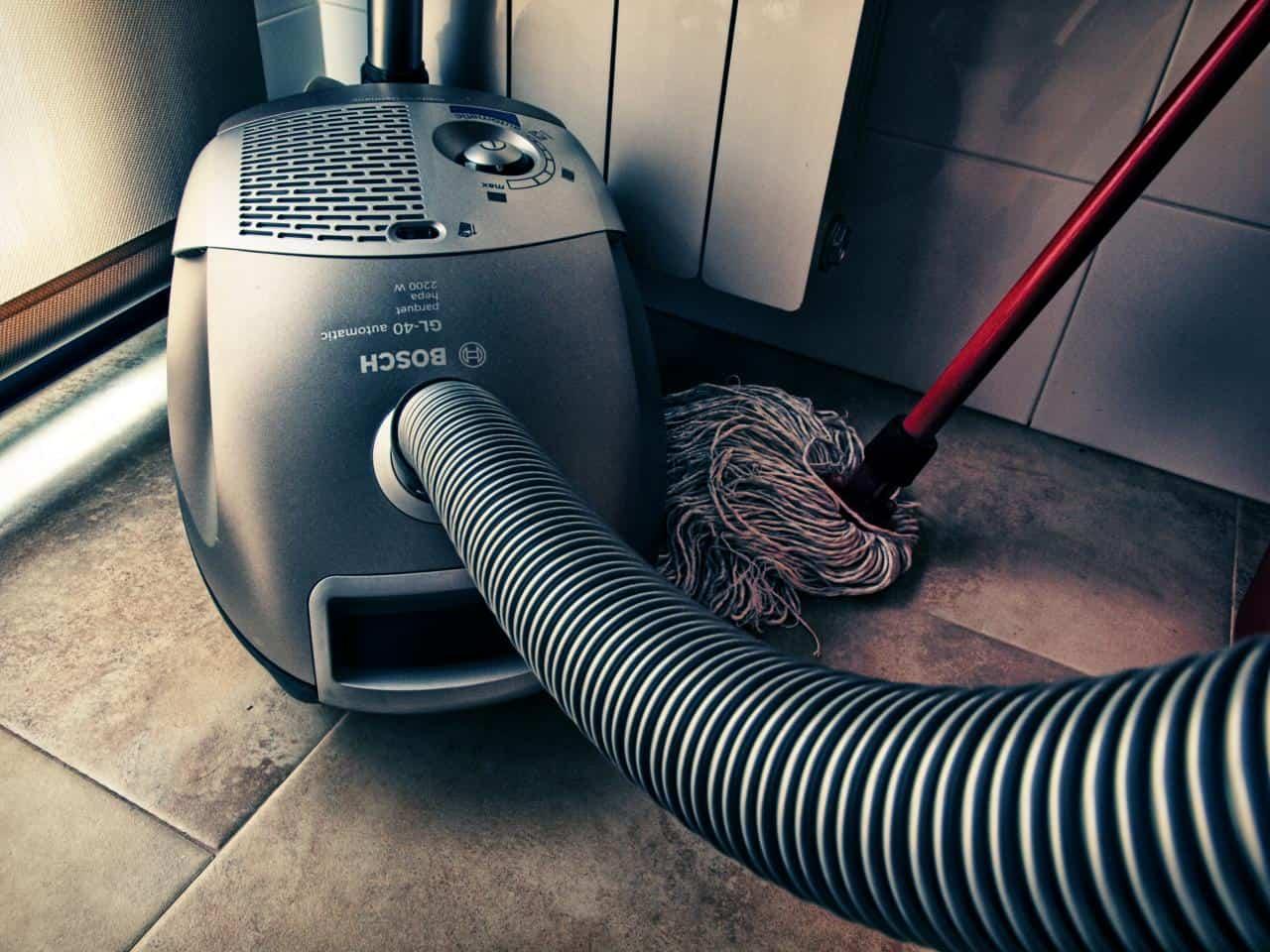 het huis stofzuigen