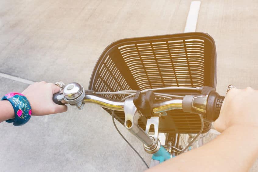 Handbediening fiets, vooraanzicht met fietsmand en exemplaar