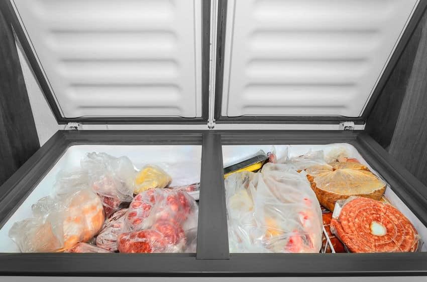 Bevroren voedsel in de vriezer.