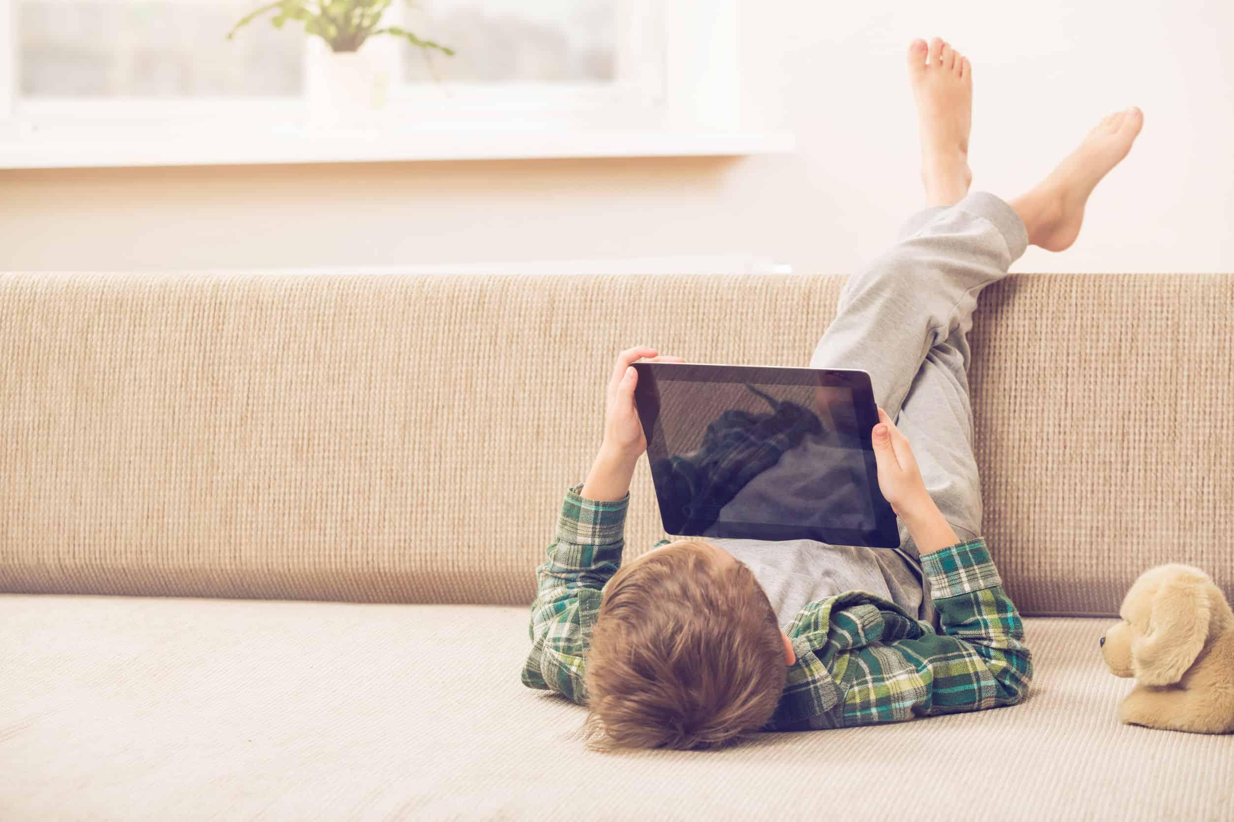 jongen op de vloer spelen met tablet