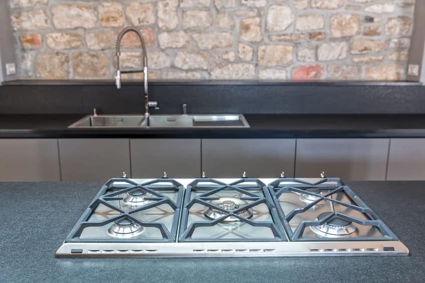 Nieuwe ingerichte keuken met ingebouwde gaskookplaat