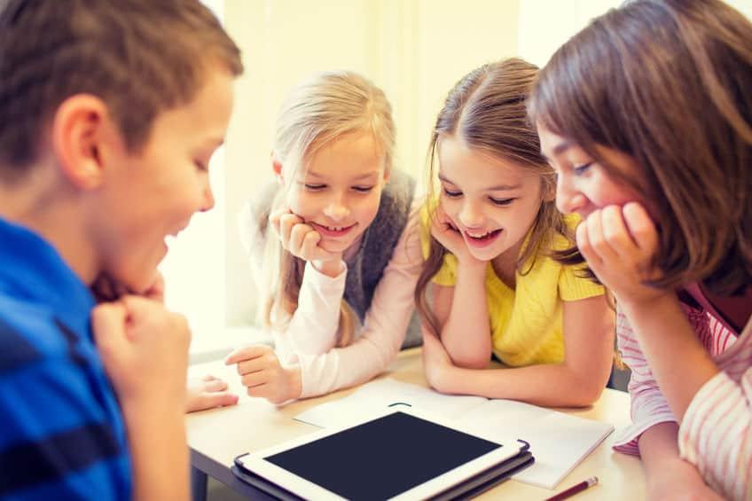 groep schoolkinderen met tablet pc in de klas