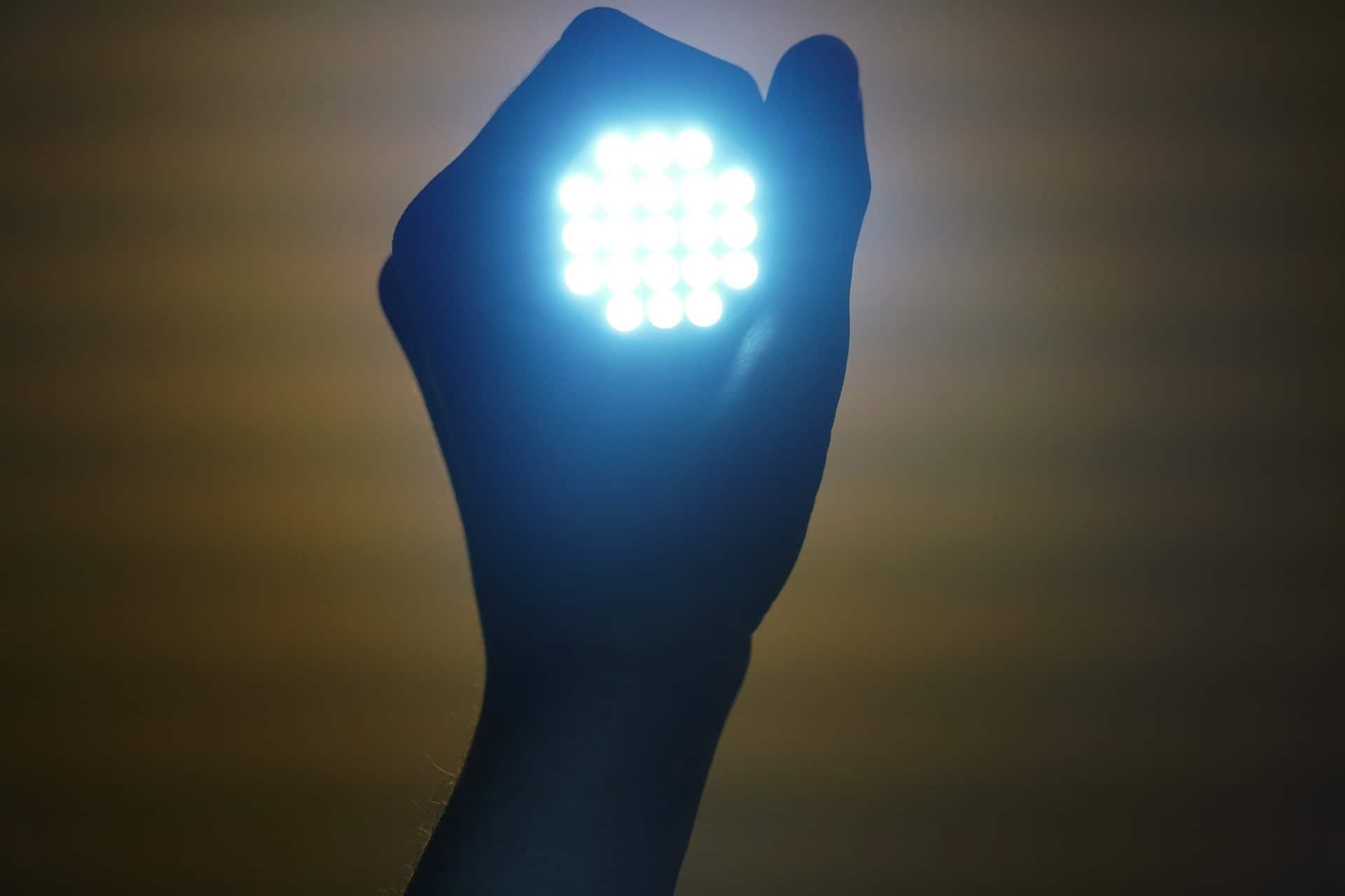 led lamp in de hand