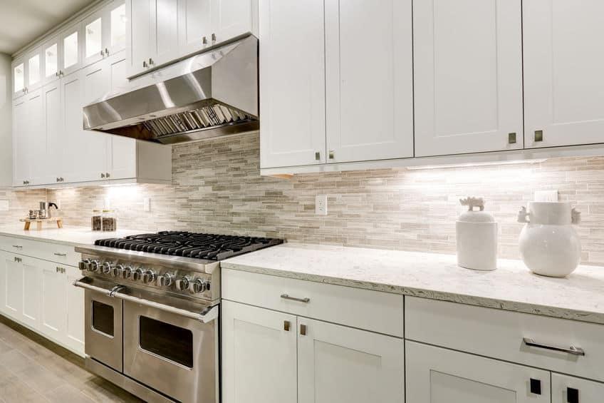Gastronomische keuken is voorzien van witte kasten