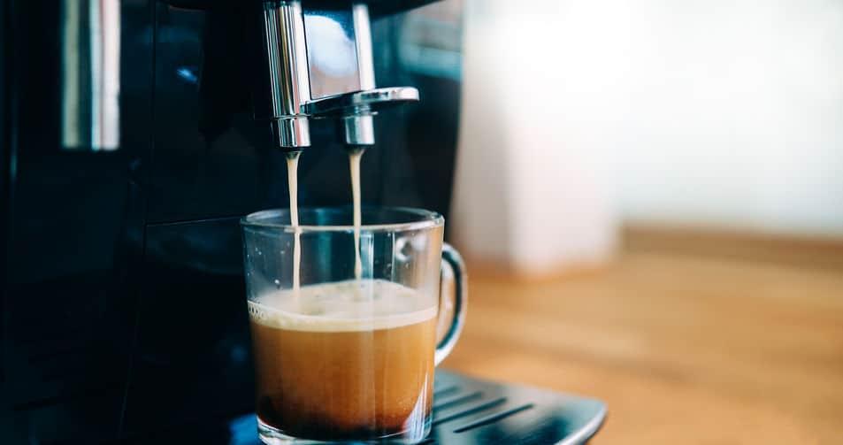 Koffiemachine die in de ochtend prachtige koffie maakt met crema