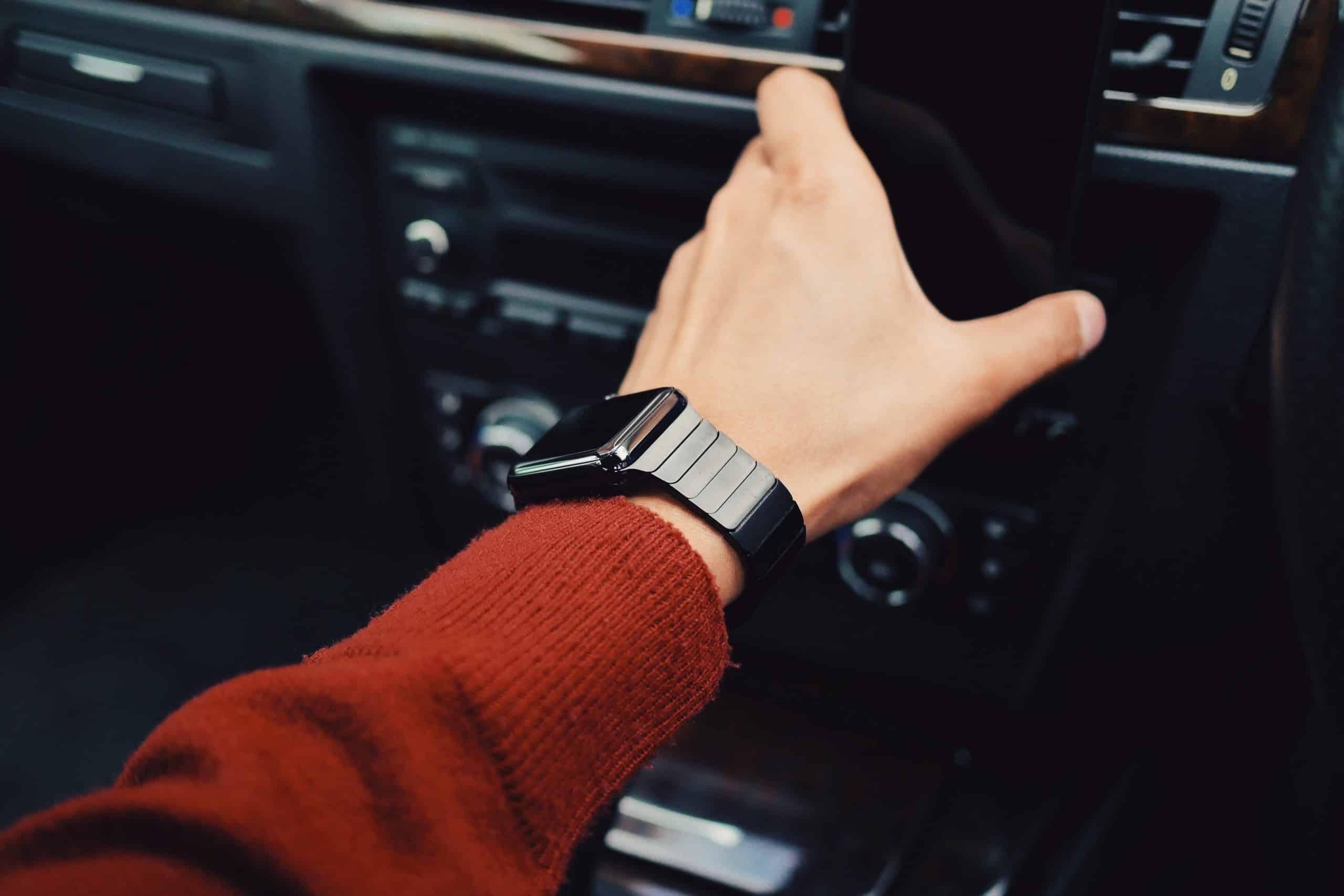 jongen die een smartwatch gebruikt