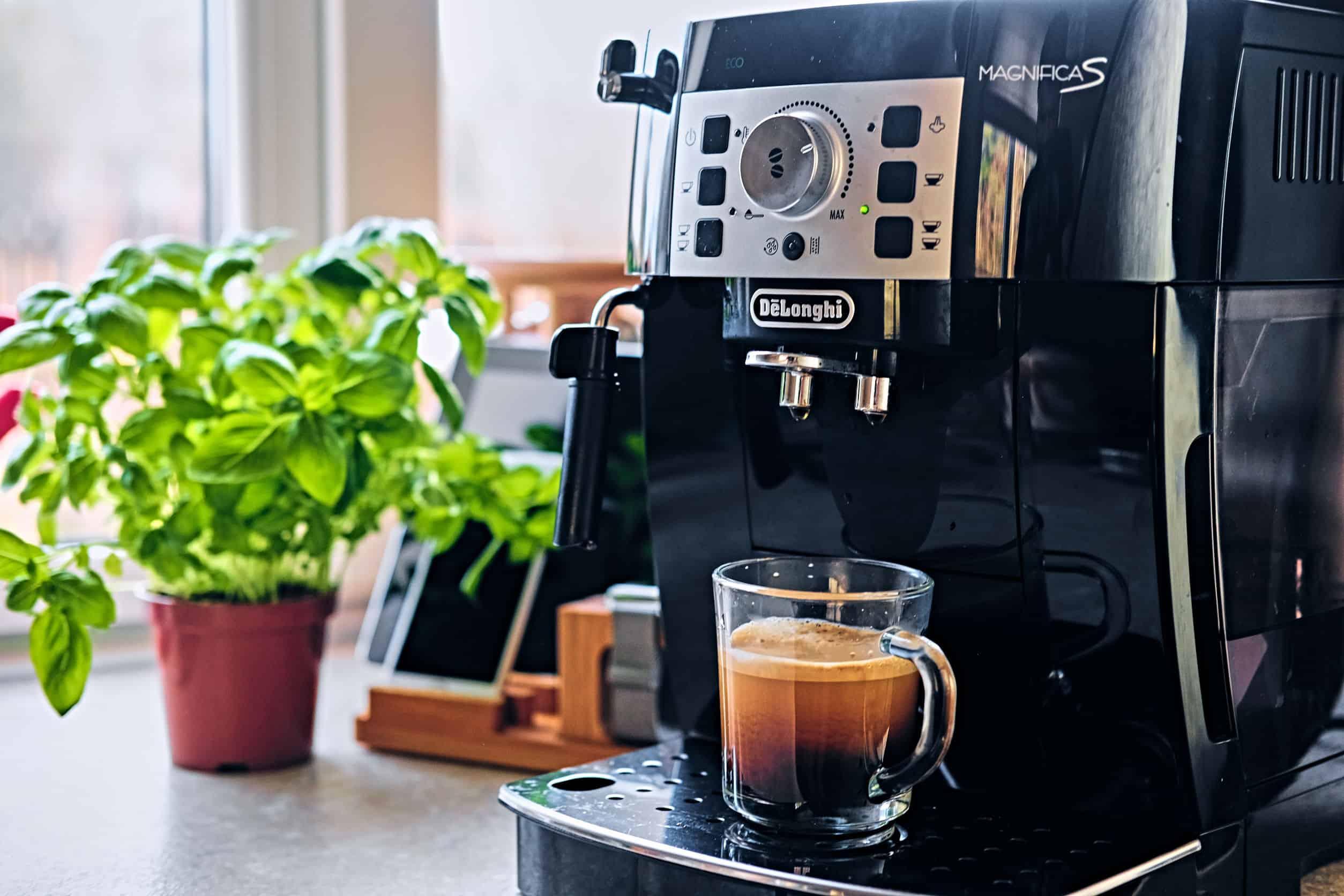 delonghi koffiezetapparaat op een tafel