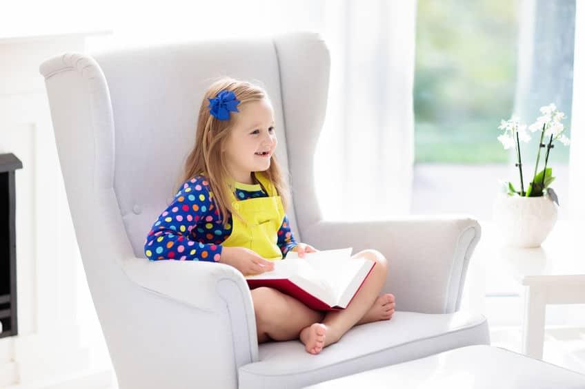 Kind leesboek. Kinderen lezen boeken.