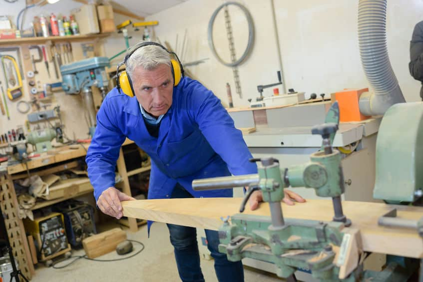 Trabajador de la madera de alto nivel que utiliza maquinaria