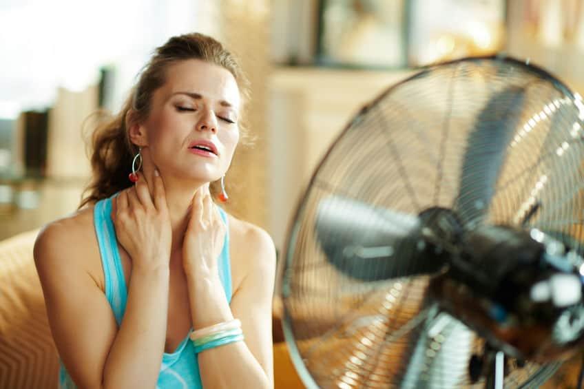 meisje met warmte voor ventilator