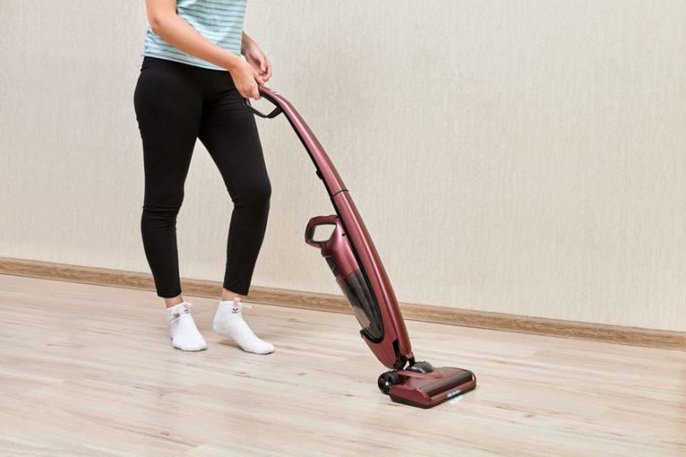 vrouw stofzuigen van het huis