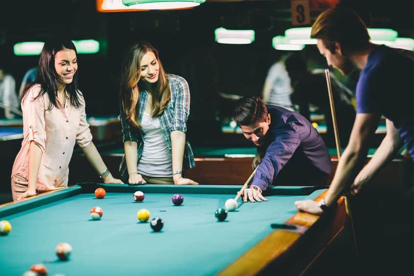 vrienden in de bar pool spelen