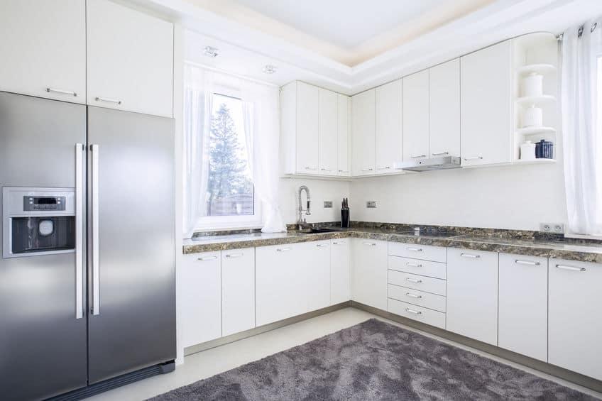 Lichte keuken voorzien van moderne apparatuur