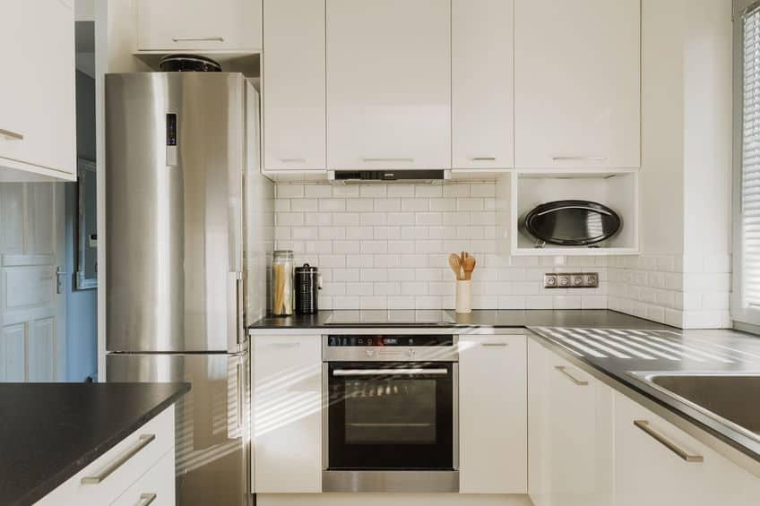 Chromen koelkast in witte keuken