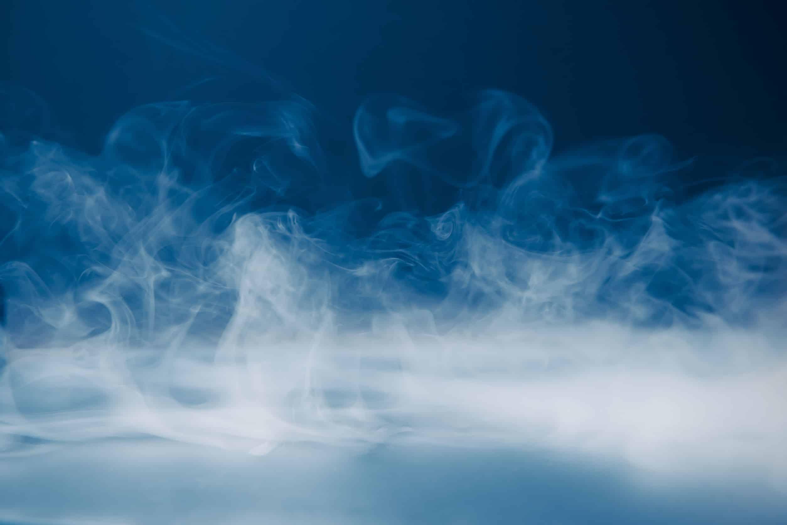 rook boven een zwarte kamer