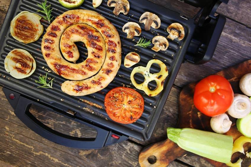 Gegrilde worst en groenten op de elektrische grill. Bovenaanzicht. Plat leggen.