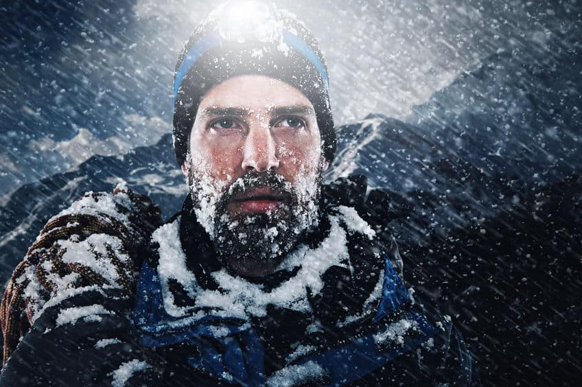 bergbeklimmer in de sneeuw