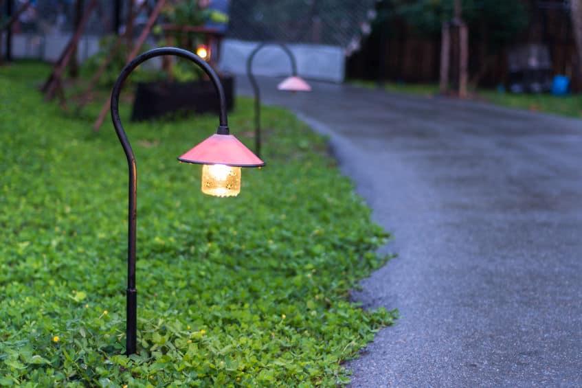 Mooie tuinpadverlichting met lampen 's nachts