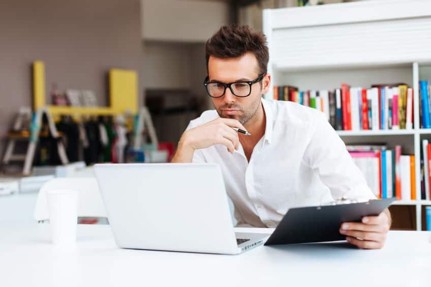 man aan het werk op zijn computer