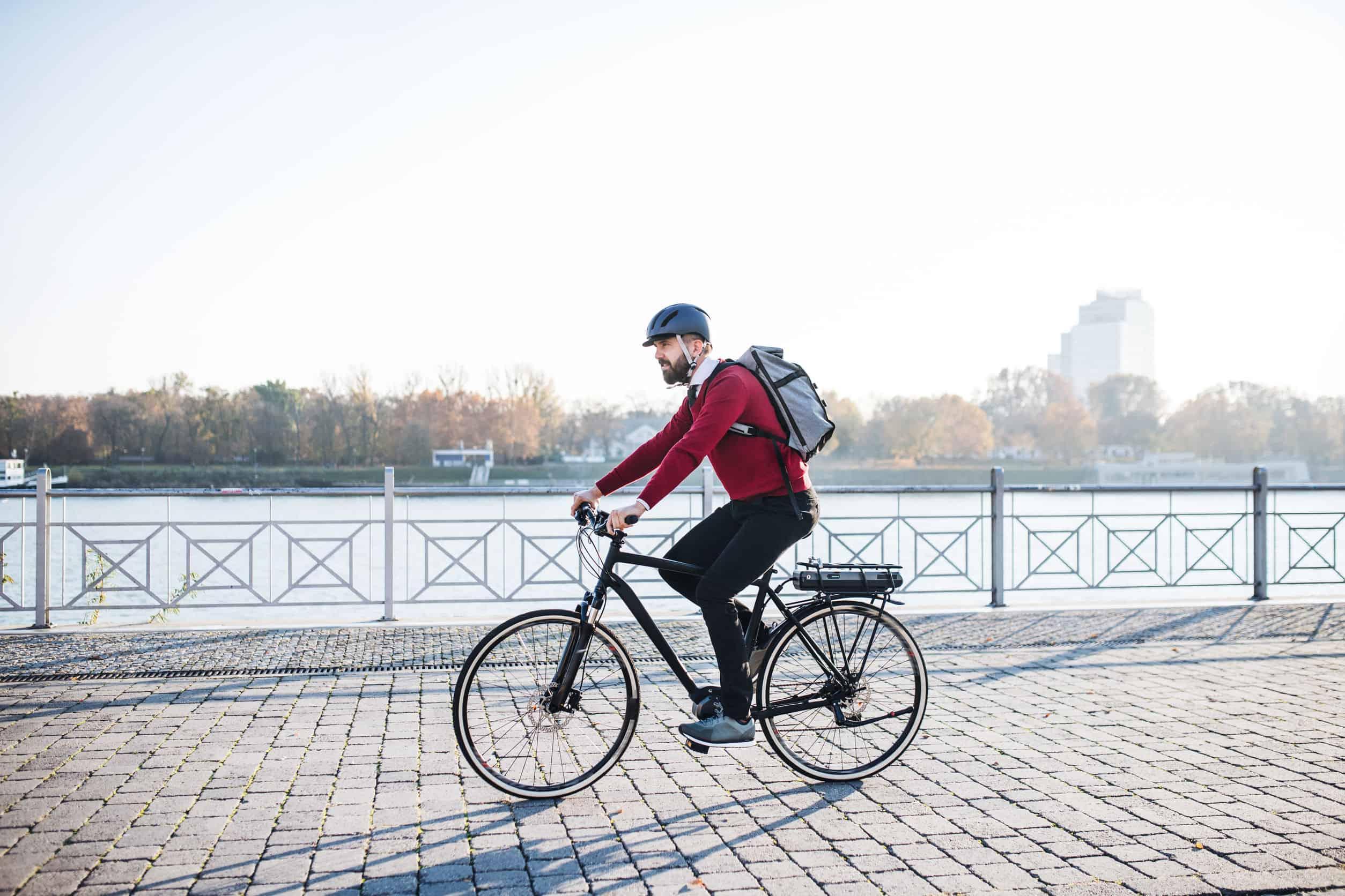 man op elektrische fiets