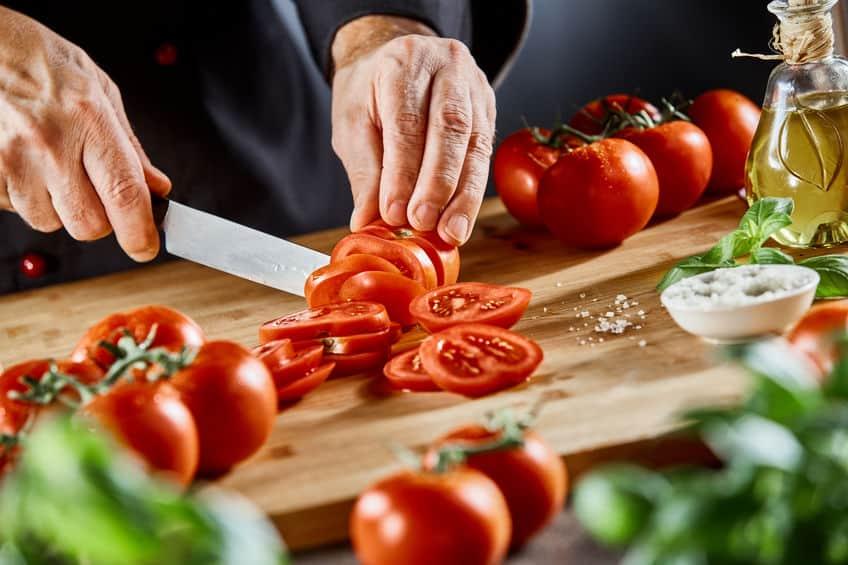 chef-kok die een salade voorbereidt