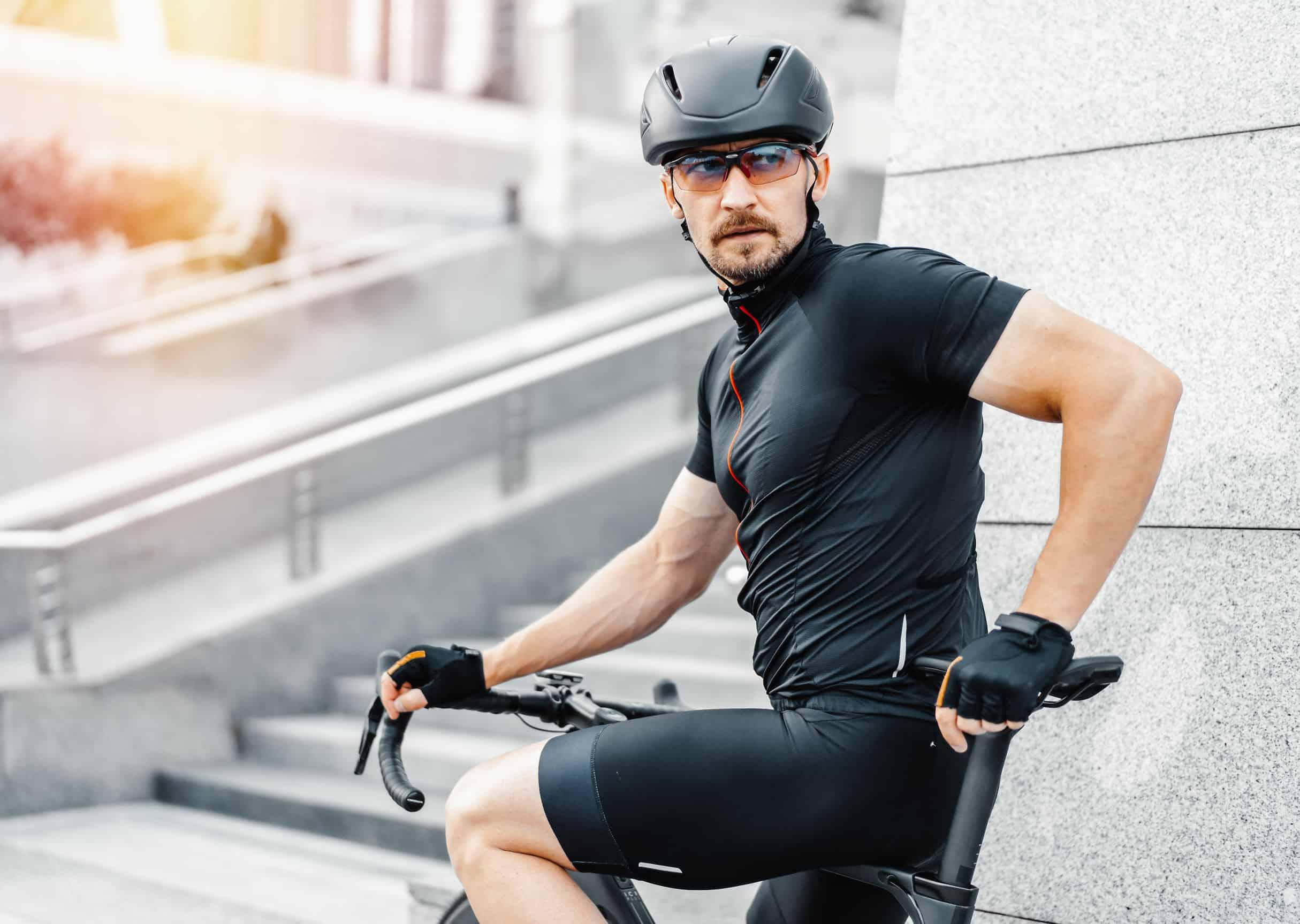 man doet cardio op zijn fiets