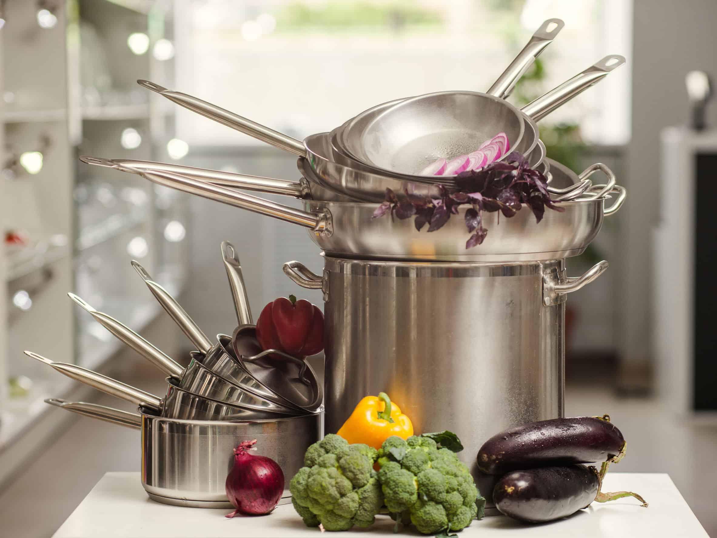 set steelpannen in de keuken