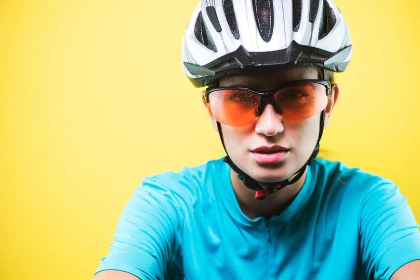 meisje fietsen bril