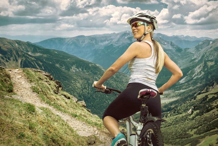 meisje op haar fiets